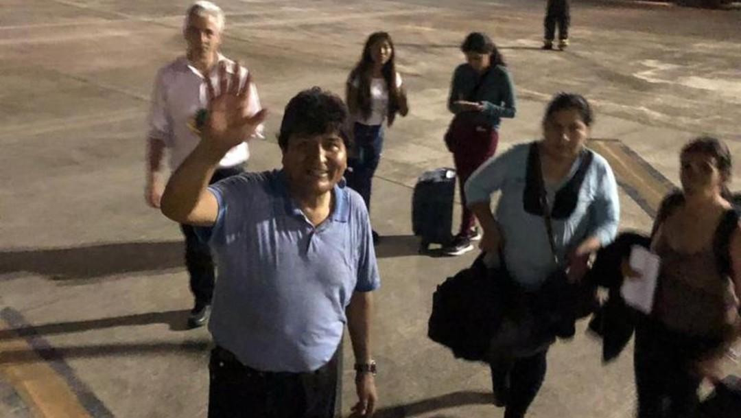 FOTO Evo Morales aterriza en Paraguay para abastecer la aeronave mexicana de combustible