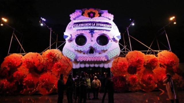 Imagen: Los recorridos gratuitos se realizarán de 18:00 a 23:00 horas para que los visitantes disfruten de la iluminación de las 11 instalaciones, y de las escenografías tradicionales, 3 de noviembre de 2019 (Twitter @FestivalMuertos)