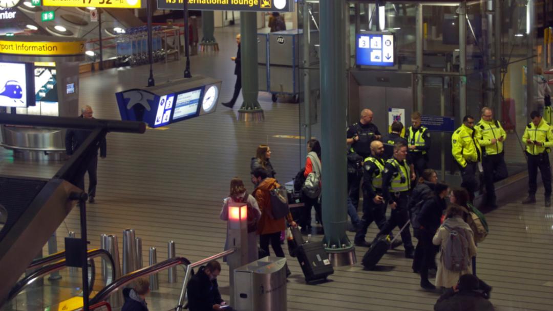 Foto: Policía de Ámsterdan resguarda el Aeropuerto Schiphol, 6 de noviembre de 2019 (AP)