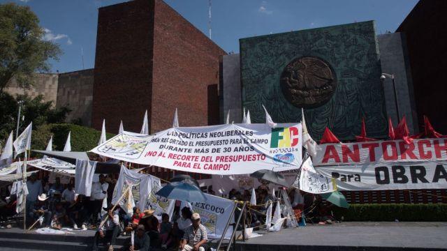 Foto: Agrupaciones campesinas bloquean las entradas de la Cámara de Diputados en la Ciudad de México. Cuartoscuro