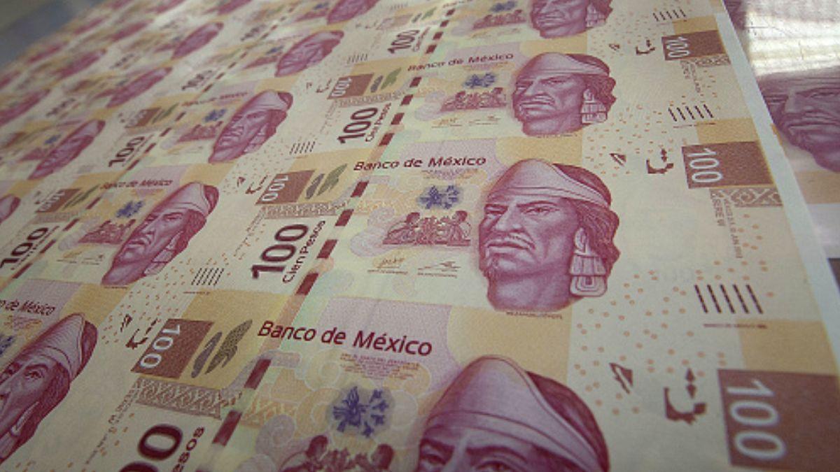 Foto: Billetes de cien pesos mexicanos. Getty Images/Archivo