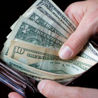 Foto: Billetes de uno, 10 y 20 dólares en una cartera. Getty Images
