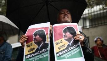 Foto: Un hombre sostiene un cartel con el rostro del expresidente de Bolivia, Evo Morales. Reuters