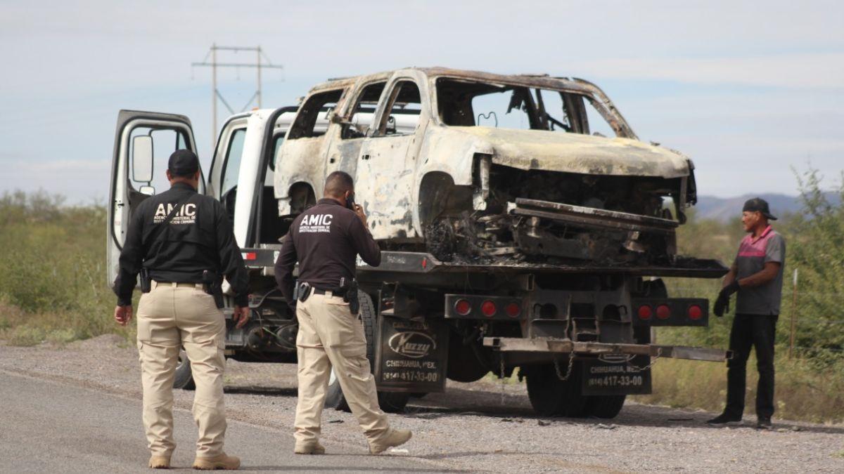 Foto: Una grúa carga unas de las camionetas quemadas de la familia LeBarón. Cuartoscuro