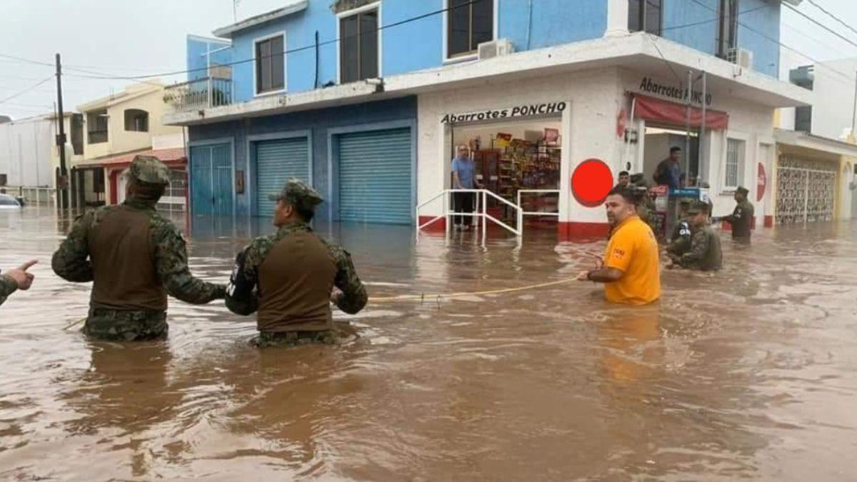 Militares ayudan a la población tras inundarse calles en Mazatlán. Twitter/@LaserInformatv