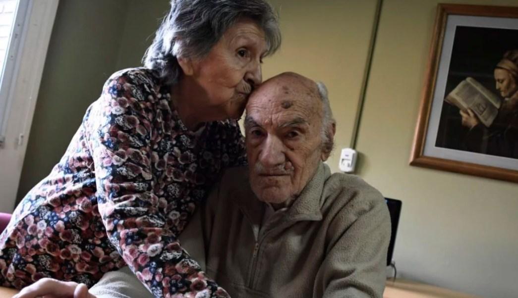 Foto: Hilda le da un beso en la cabeza a su esposo Hugo. Clarín/Juan José García
