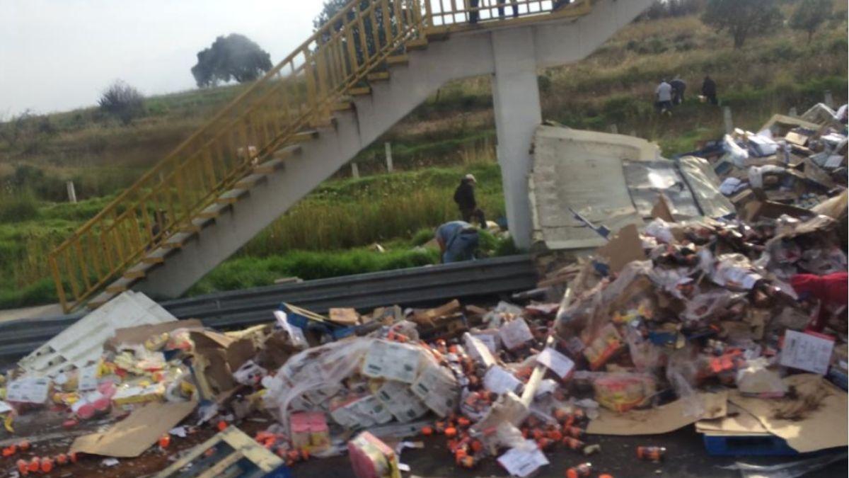 Foto: La carga quedó tirada en la carretera cerca de la comunidad de Apapaxco