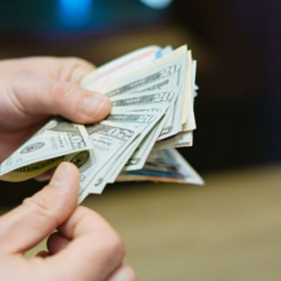 Foto: Un hombre cuenta varios billetes de 20 dólares. Getty Images/Archivo