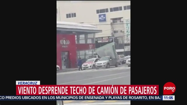 FOTO: Fuertes vientos desprenden techo de camión de pasajeros en Veracruz, 1 noviembre 2019