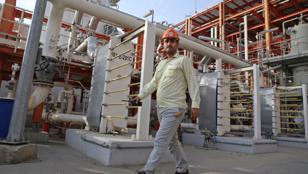 Foto: Un técnico iraní camina por una refinería, 15 noviembre 2019