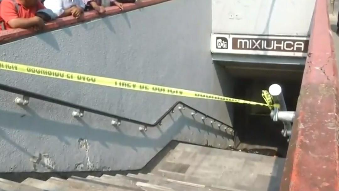 Foto: Hallan a hombre muerto en las escaleras del Metro Mixhuca