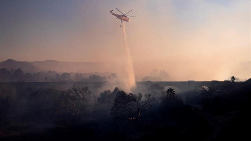 """Imagen: Los bomberos siguen el domingo movilizados contra el fuego de Maria, controlado en un 50% y el """"fuego de Kincade"""" más cercano a San Francisco, 3 de noviembre de 2019 (EFE)"""