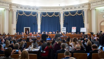 Foto: El principal diplomático estadounidense en Ucrania, William Taylor (I), y el oficial del Servicio Exterior de Carrera (d), George Kent, juran antes de testificar ante el Comité de Inteligencia de la Cámara de Representantes en el Capitolio en Washington, 13 noviembre 2019