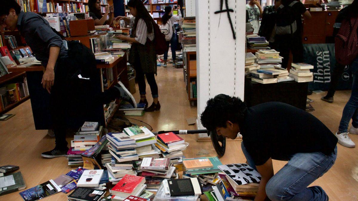Alumnos ayudan a regresar libros