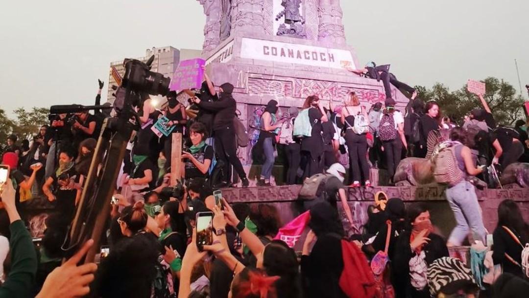Foto: Mujeres realizan pintas en monumentos de avenida Paseo de la Reforma, el 25 de noviembre de 2019 (Fotos: Mónica Vázquez /Plumas Atómicas)