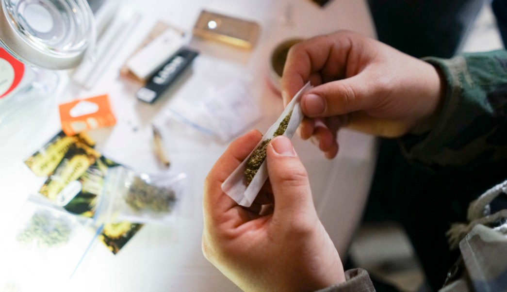 Fumar-marihuana-busca-trabajo-cannabis-resenista