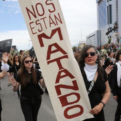 'Mujeres de luto' rinden homenaje a los muertos en protestas de Chile