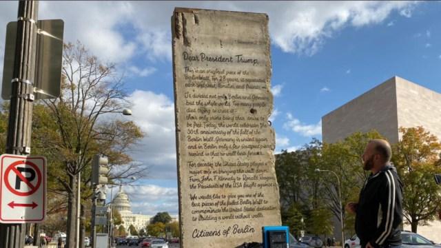 Foto: El segmento de 2,7 toneladas es una parte original del Muro y fue depositado hoy frente a la Casa Blanca, 9 de noviembre de 2019 (Twitter @TheWallvsWalls)
