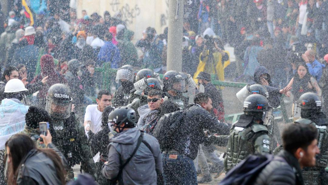 Foto: La prensa colombiana da cuenta de disturbios en otros puntos del centro de Bogotá y de la intervención de policías para dispersar a los participantes, 23 de noviembre de 2019 (AP)