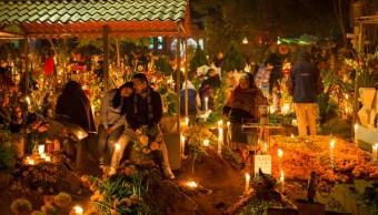 Miles de personas visitan panteones en Día de Muertos
