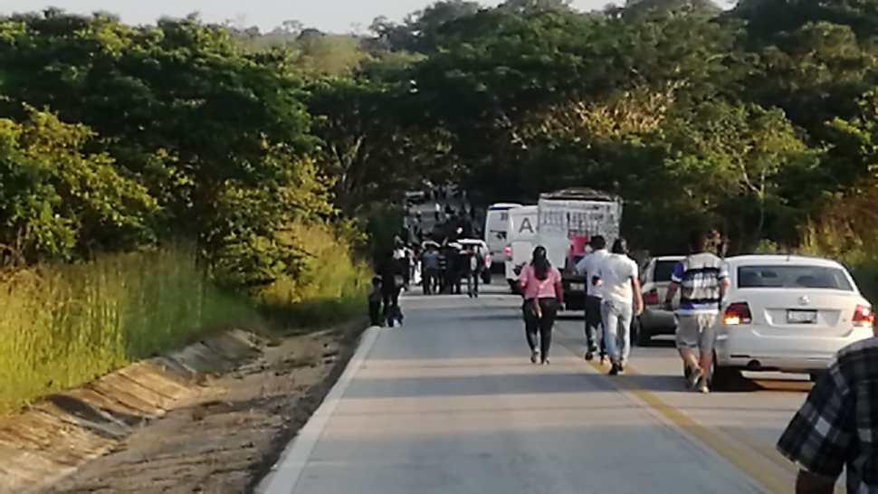 Pipa se impacta contra autobús en carretera de Tabasco