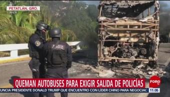 FOTO: Pobladores queman autobuses en carretera Zihuatanejo-Acapulco, 2 noviembre 2019