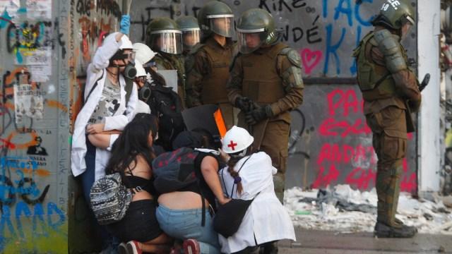 FOTO Policía de Chile evitó que socorristas auxiliaran a manifestante agónico (Getty Images)