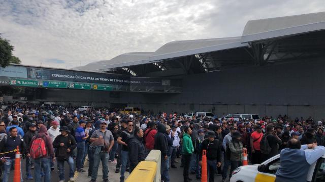 FOTO Policías federales realizan bloqueo en acceso al AICM, se desata riña (Noticieros Televisa)