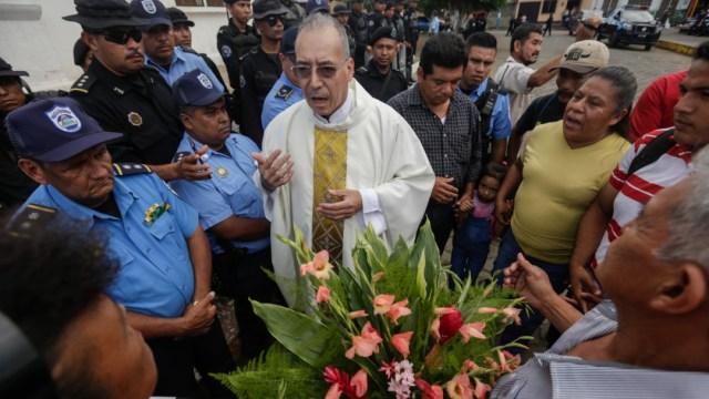 Por qué un cura y otras personas permanecen sitiados en iglesia de Nicaragua