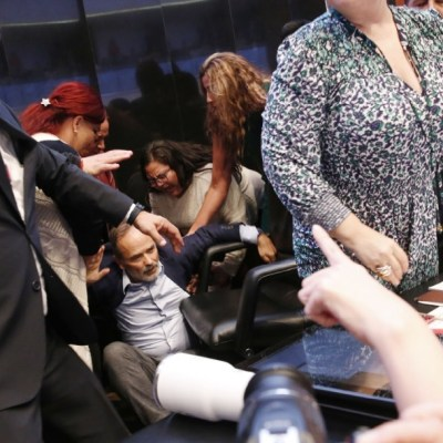 Empujones, caídas y gritos, en la protesta de la nueva ombudsperson, Rosario Piedra