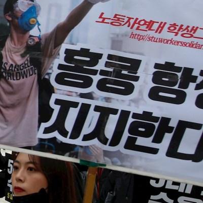 Familias de Hong Kong protestan por uso de gas lacrimógeno