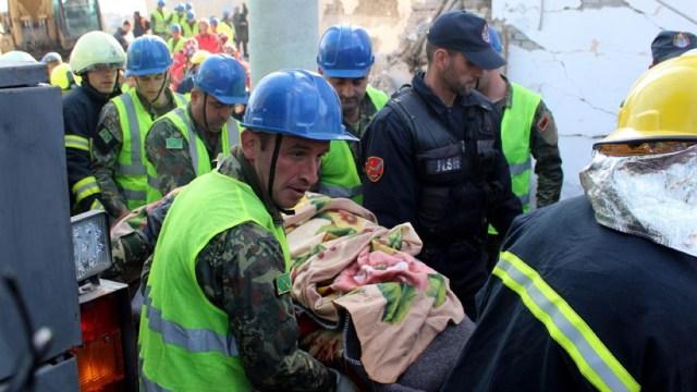 Foto: Desde el sismo, equipos de soldados, policías y trabajadores de emergencia se encuentran removiendo los escombros de bloques de apartamentos y hoteles destruidos, 27 de noviembre de 2019 (EFE)