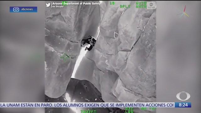 Rescatan a hombre de estrecha grieta en acantilado de Arizona