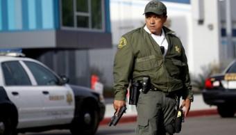 Foto: Un policía del Condado de Los Ángeles permanece afuera de la escuela secundaria donde se registró un tiroteo, 15 noviembre 2019