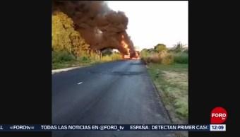 Varios individuos queman camiones en la carretera Acapulco-Zihuatanejo