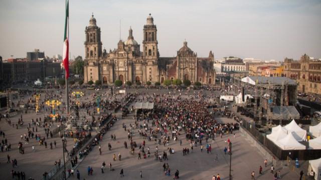 Cientos de personas se reúnen en el Zócalo Capitalino para asistir a un evento, 22 noviembre 2019