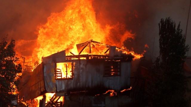 Incendio consume una casa den Chile. (Reuters)