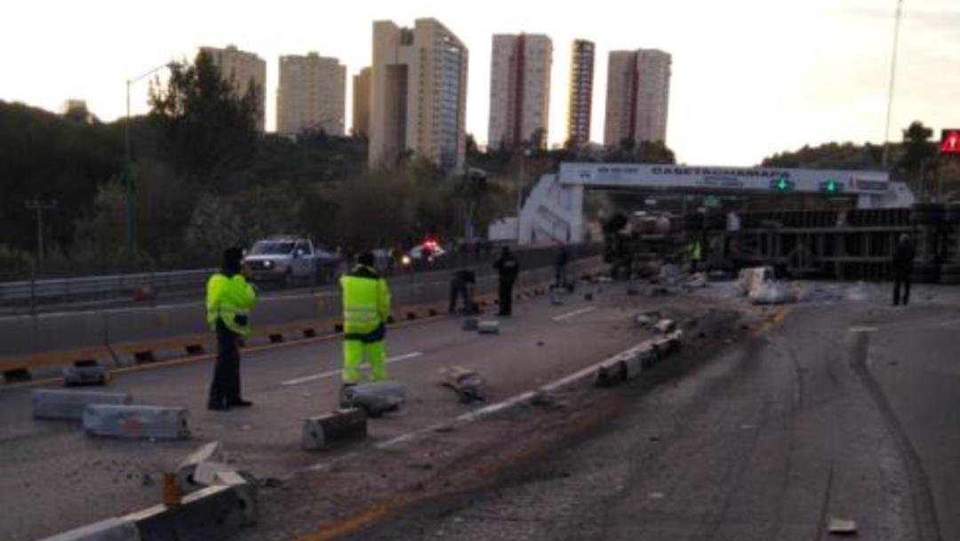 Foto: Tráiler embiste autos y vuelca sobre la autopista Chamapa-Lechería, 13 diciembre 2019