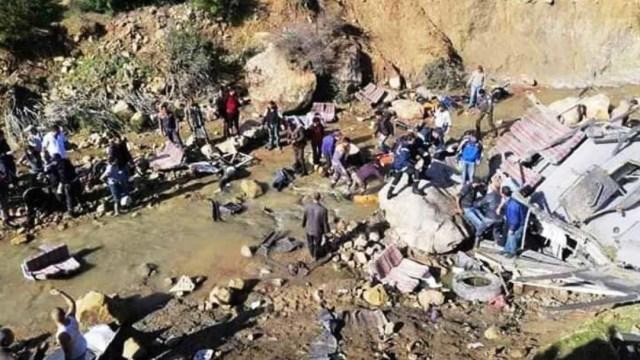 Foto: Mueren 22 personas al caer autobús al fondo de un barranco en Túnez, 1 diciembre 2019
