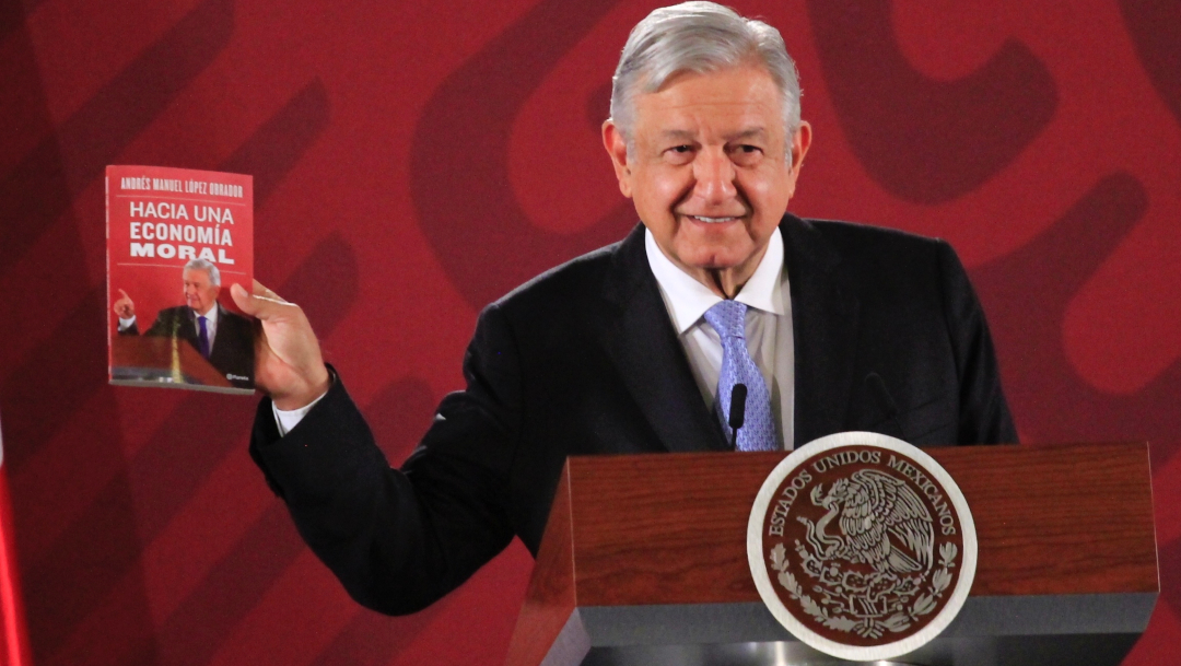 """Foto: El presidente de México, Andrés Manuel López Obrador (AMLO), muestra su libro """"Hacia una economía moral"""", 5 diciembre 2019"""