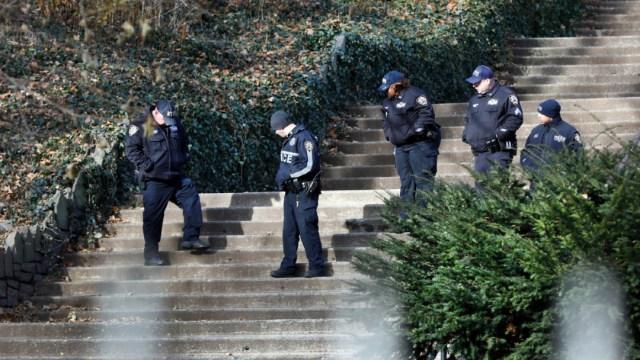 Foto: Policías recorren un parque de Manhattan donde fue asesinada una universitaria, 13 diciembre 2019