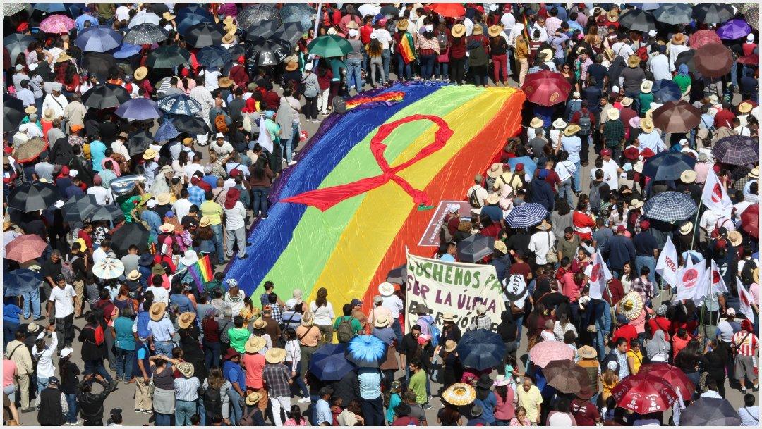 Foto: La comunidad lésbico-gay desplegó una bandera en el Zócalo, 1 de diciembre de 2019 (MOISÉS PABLO /CUARTOSCURO.COM)