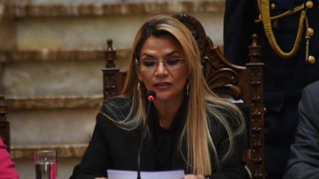 FOTO Bolivia expulsa a embajadora de México y a diplomática española; en la imagen, la presidenta boliviana Jeanine Áñez (Twitter)