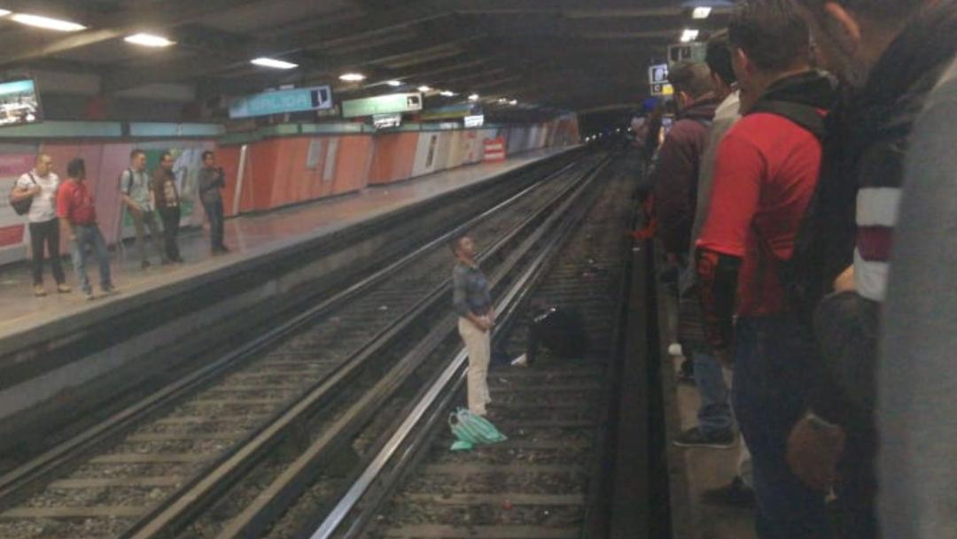 Avienta a policía a las vías del Metro