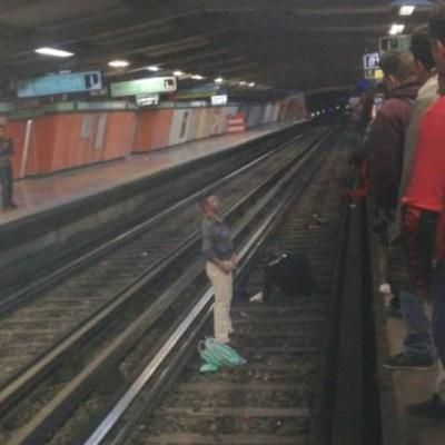 FOTO Borracho empuja a policía a vías del Metro CDMX (Twitter)