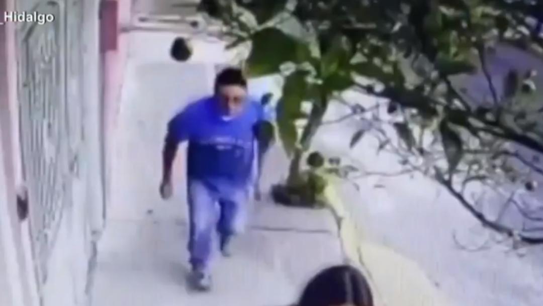 Foto: Sujeto pervertido levanta falda a mujer en calle de CDMX, 6 de diciembre de 2019, (Captura de video)