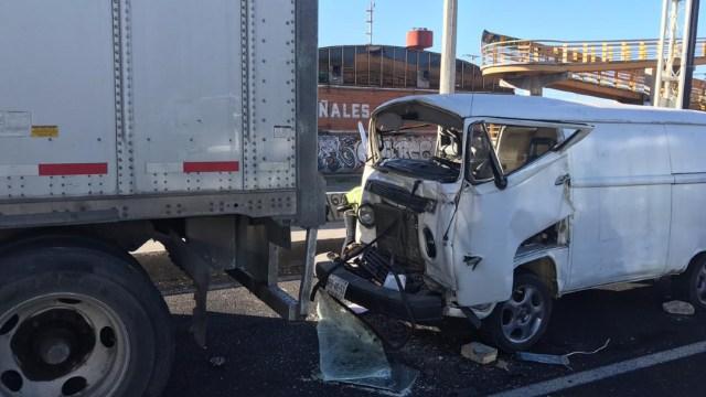 FOTO Choca contra tráiler parado y muere, en la autopista México-Puebla (Noticieros Televisa)