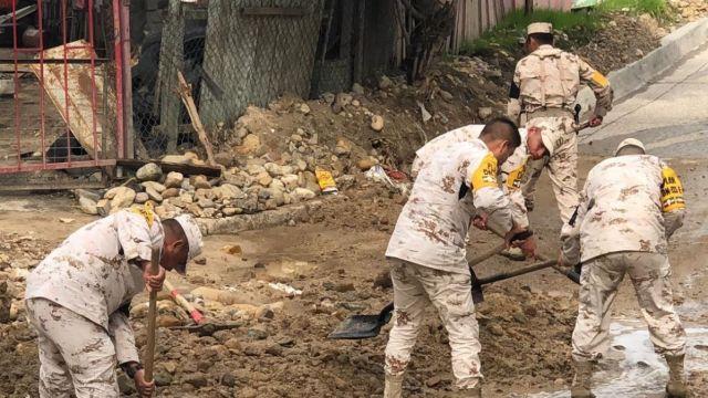 Elementos del Ejército retiran escombros tras deslaves por lluvias.