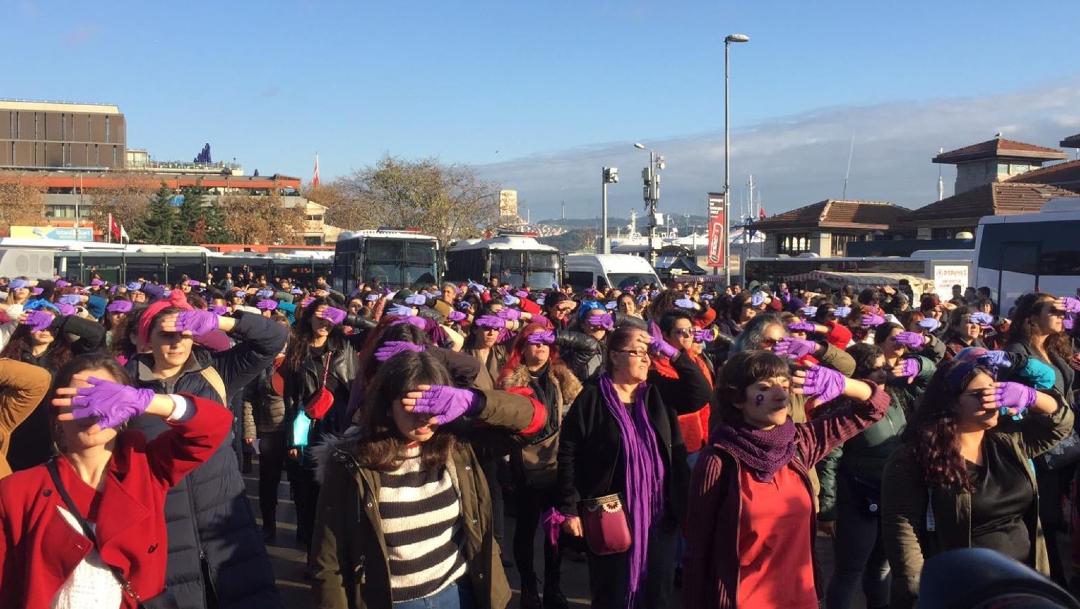 """Alrededor de 200 mujeres en Estambul corear nuevamente """"Un violador en tu camino"""". (Foto: @narkadindayanis)"""