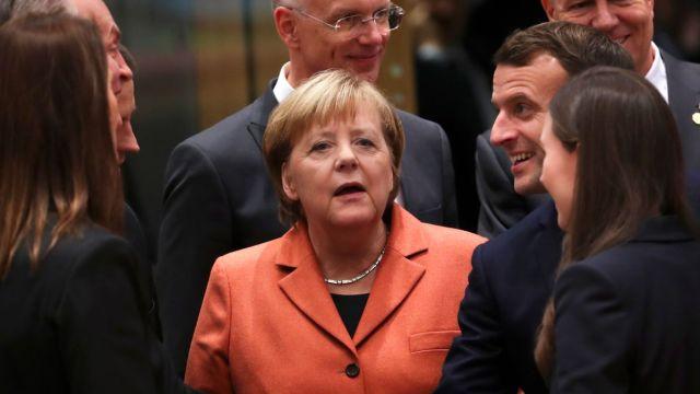 Foto: La canciller alemana Angela Merkel habla con líderes mundiales durante la cumbre de la OTAN. AP